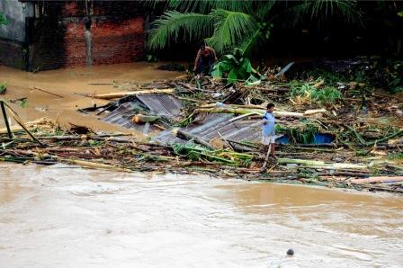 Flash floods kill at least 13 in North Sulawesi, Indonesia, 40,000 displaced